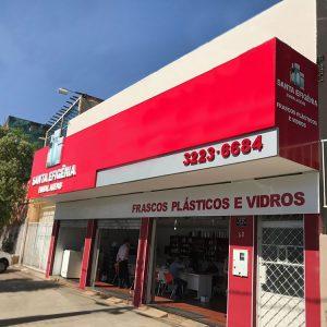 Fachada da loja Santa Efigênia Embalagens. Goiânia, Goiás. Frascos, plásticos e vidros.